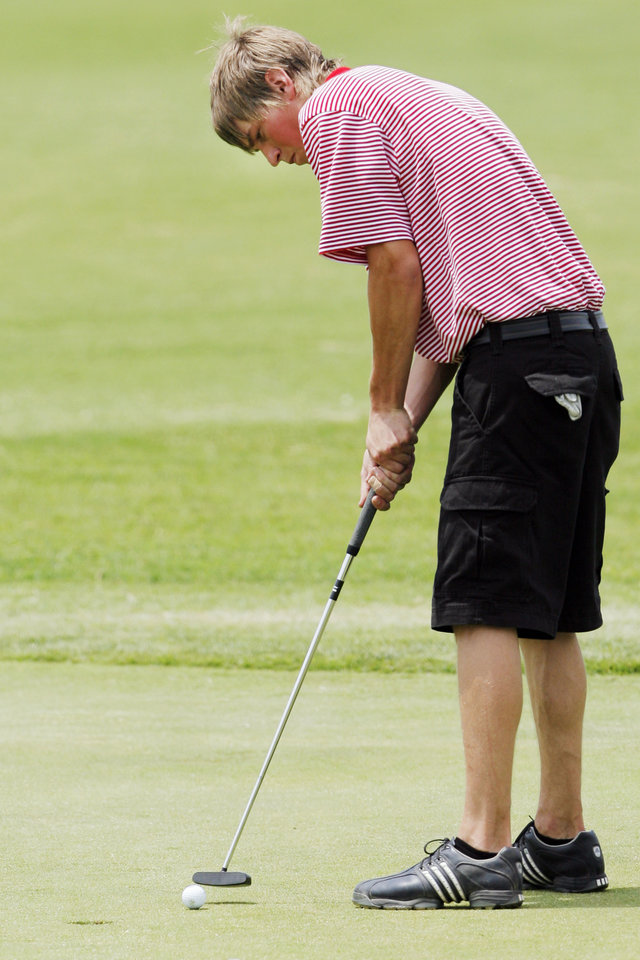 Photo - CLASS 4A HIGH SCHOOL GOLF / STATE TOURNAMENT: Idabel's Harrison Shipp putts on No. 18 during the Class 4A boys state golf championship at Lake Hefner in Oklahoma City, Tuesday, May 11, 2010. Photo by Nate Billings, The Oklahoman ORG XMIT: KOD
