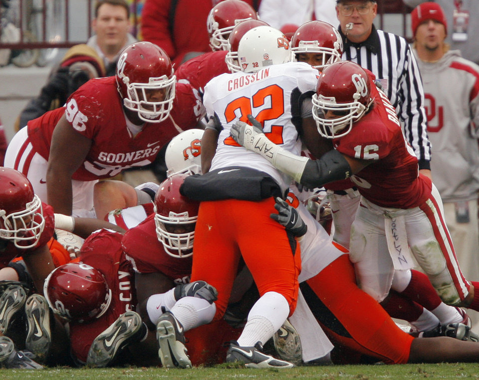 Photo - BEDLAM: The Oklahoma defense stops Oklahoma State's Julius Crosslin (32) on a goal line stance during the first half of the college football game between the University of Oklahoma Sooners (OU) and the Oklahoma State University Cowboys (OSU) at the Gaylord Family -- Oklahoma Memorial Stadium on Saturday, Nov. 24, 2007, in Norman, Okla.   Photo By CHRIS LANDSBERGER, The Oklahoman ORG XMIT: KOD