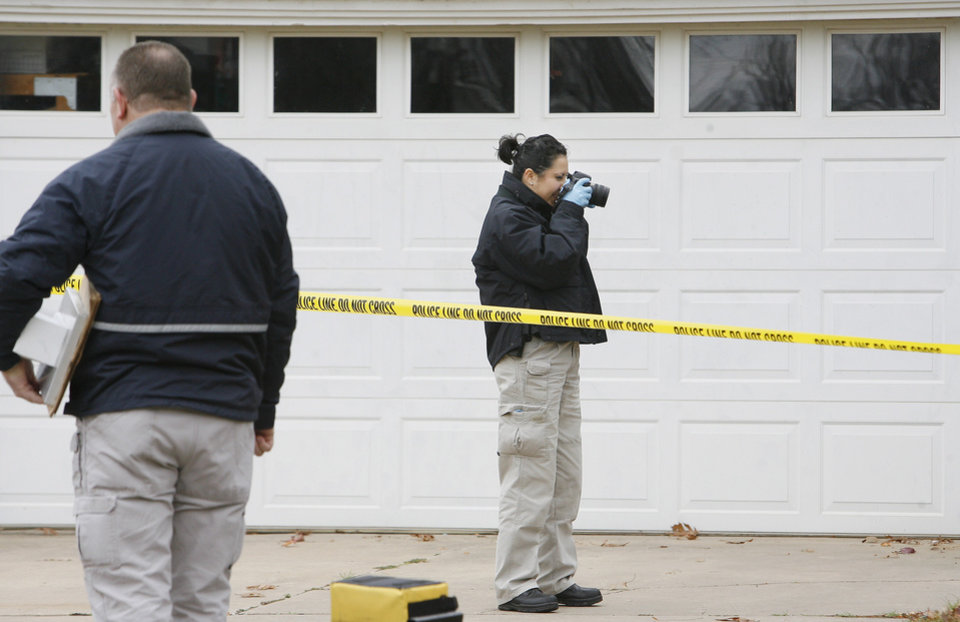 Photo - MURDER / TOMMY WOLF / CRIME SCENE / INVESTIGATION / CHILD / SON: OSBI agents investigate a homicide at 1715 Elmhurst Avenue in Nichols Hills Monday, Nov. 16, 2009. Photo by Paul B. Southerland, The Oklahoman ORG XMIT: KOD