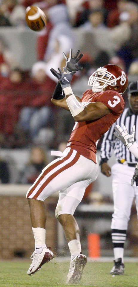Photo - OU's Jonathan Nelson intercepts a pass during the Big 12 college football game between the University of Oklahoma Sooners and the Texas A&M Aggies at Gaylord Family - Oklahoma Memorial Stadium in Norman, Okla., Saturday, November 14, 2009.  Photo by Bryan Terry, The Oklahoman