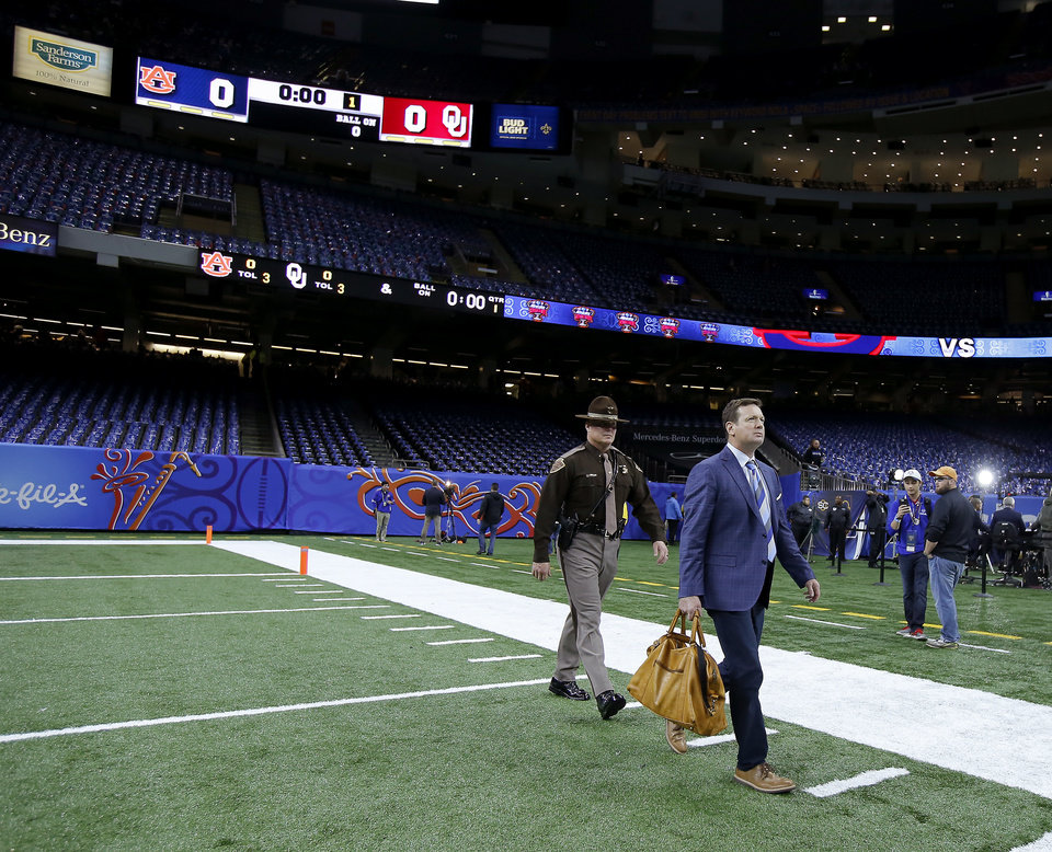 Photo - Oklahoma coach Bob Stoops walks towards the OU locker room before the Allstate Sugar Bowl between the University of Oklahoma Sooners (OU) and the Auburn University Tigers at the Mercedes-Benz Superdome in New Orleans, Monday, Jan. 2, 2017.  Photo by Bryan Terry, The Oklahoman