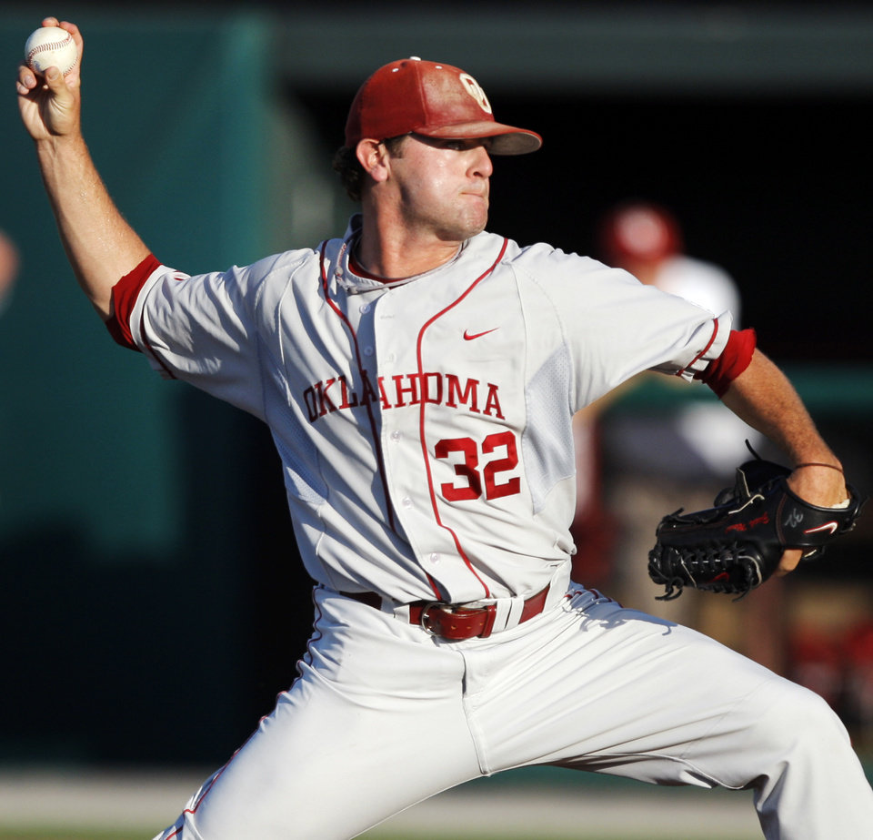 Photo - UNIVERSITY OF OKLAHOMA / COLLEGE BASEBALL: ALTERNATE CROP: OU's Zach Neal (32) pitches during the NCAA regional baseball game between Oklahoma and North Carolina at L. Dale Mitchell Park in Norman, Okla., Saturday, June 5, 2010. Photo by Nate Billings, The Oklahoman ORG XMIT: KOD