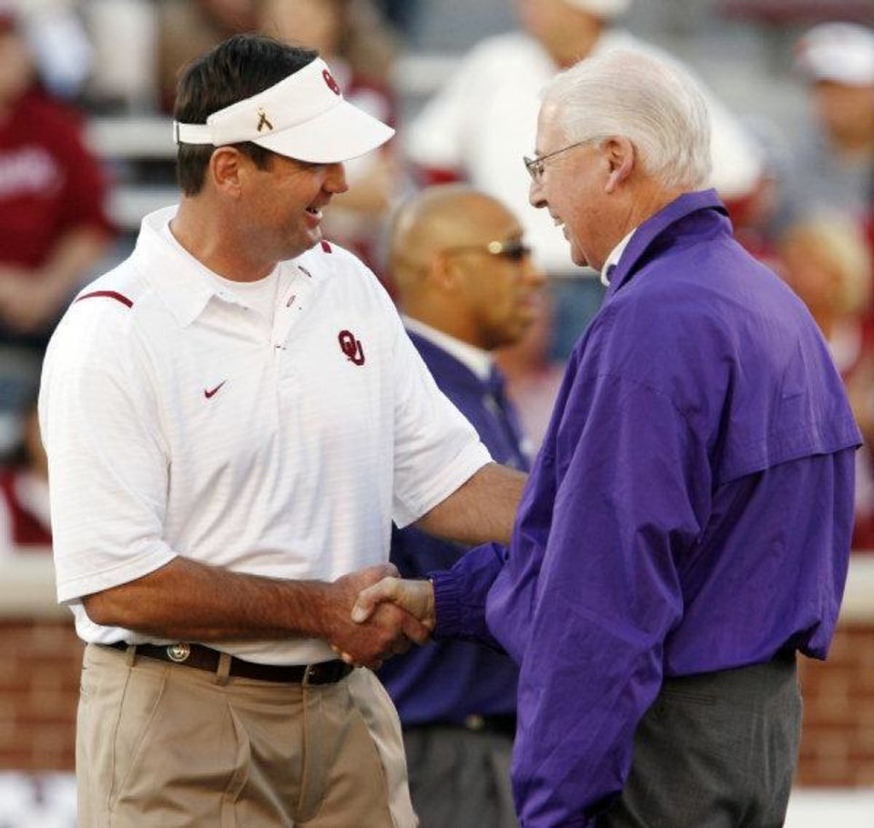 Photo - Head coaches Bob Stoops and Bill Snyder shake hands before the college football game between the University of Oklahoma Sooners (OU) and the Kansas State University Wildcats (KSU) at the Gaylord Family -- Oklahoma Memorial Stadium on Saturday, Oct. 31, 2009, in Norman, Okla. Photo by Steve Sisney, The Oklahoman  STEVE SISNEY