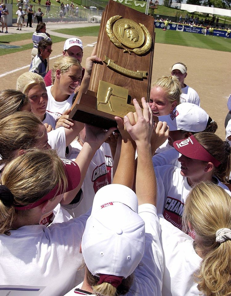 Photo - NCAA SOFTBALL WOMEN'S COLLEGE WORLD SERIES CHAMPIONSHIP: OKLAHOMA SOONERS RAISE THE NATIONAL CHAMPIONSHIP TROPHY AFTER BEATING UCLA 3-1 IN THE COLLEGE WORLD SERIES MONDAY IN OKLAHOMA CITY.