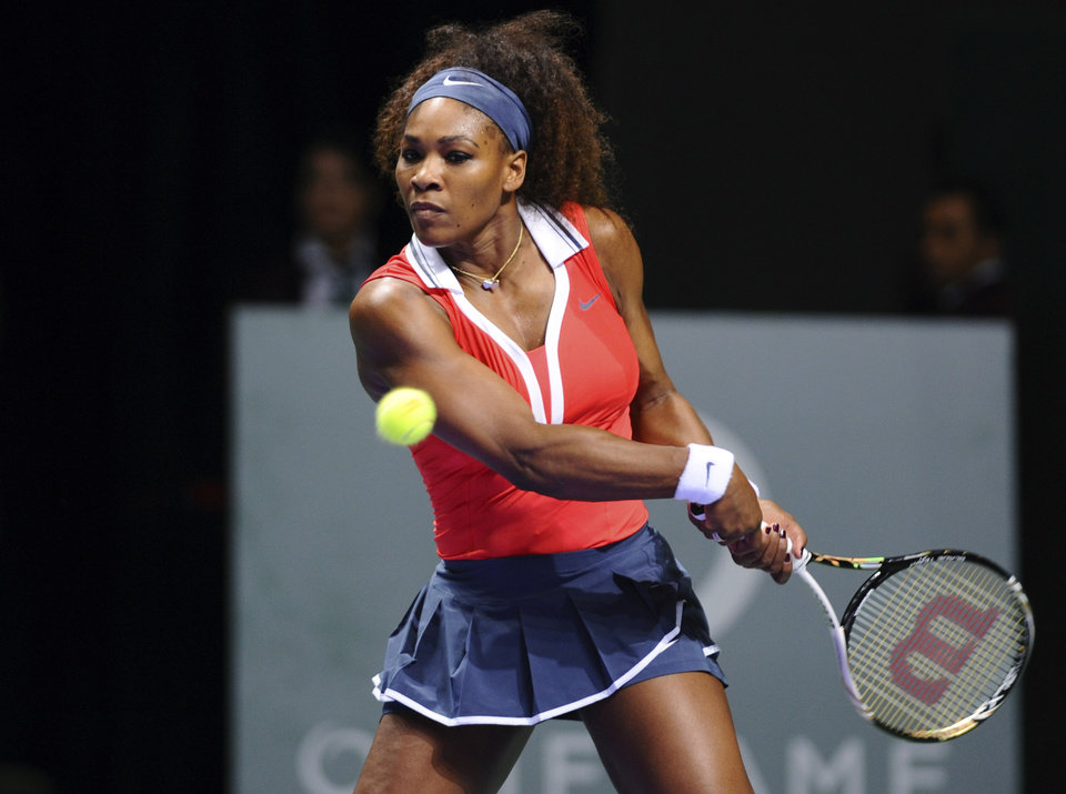 Photo -   Serena Williams of the US returns a shot to Na Li of China, during their tennis match on the second day of the WTA championship in Istanbul, Turkey, wednesday, Oct. 24, 2012. (AP Photo)