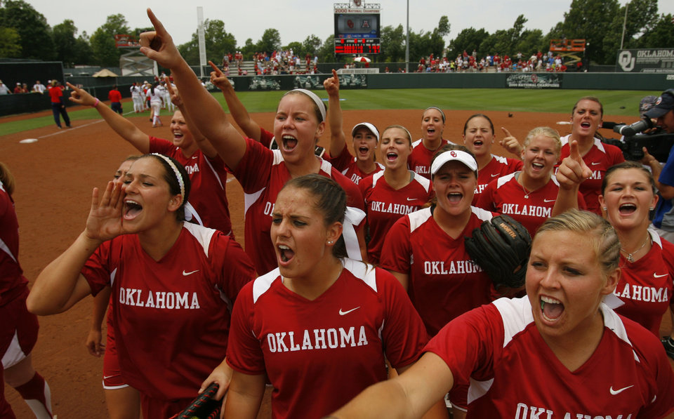 Photo - The University of Oklahoma Sooner Softball team cheers after defeating Arizona in game two of the NCAA Softball Norman Super Regional at Marita Hines field on Saturday, May 26, 2012, in Norman, Okla.  Photo by Steve Sisney, The Oklahoman