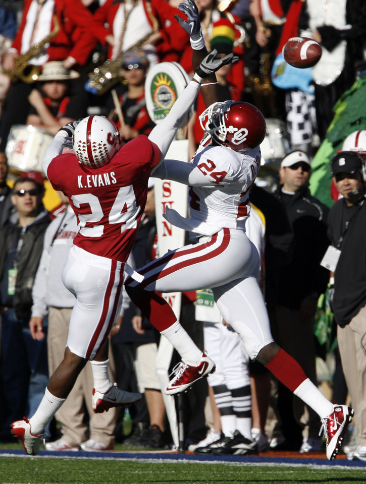 Photo - Kris Evans is called or interferrence against receiver Dejaun Miller (24) during the second half of the Brut Sun Bowl college football game between the University of Oklahoma Sooners (OU) and the Stanford University Cardinal on Thursday, Dec. 31, 2009, in El Paso, Tex.   Photo by Steve Sisney, The Oklahoman