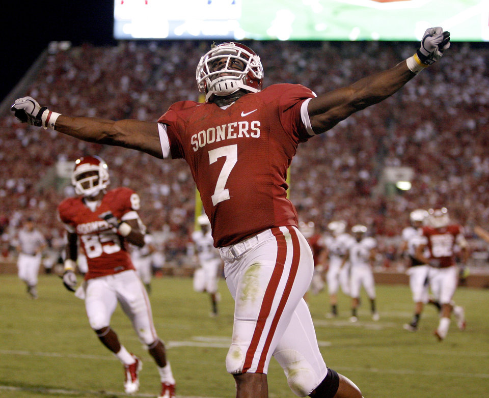 Photo - OU's DeMarco Murray celebrates after a touchdown during the second half of the college football game between the University of Oklahoma Sooners (OU) and Utah State University Aggies (USU) at the Gaylord Family-Oklahoma Memorial Stadium on Saturday, Sept. 4, 2010, in Norman, Okla.   Photo by Bryan Terry, The Oklahoman