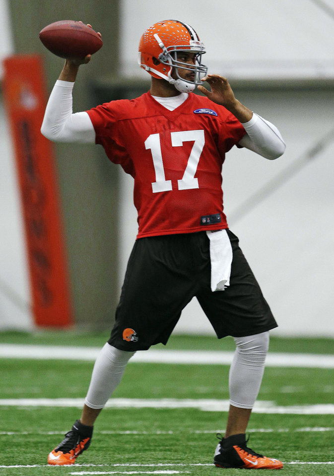 Photo - Cleveland Browns quarterback Jason Campbell throws during NFL football mini-camp at the team's training facility, Tuesday, April 16, 2013, in Berea, Ohio. Brandon Weeden and Campbell threw passes side-by-side as the Browns opened their first mini-camp of the season. The 29-year-old Weeden is the incumbent and started 15 games last year. He was the 22nd overall pick in the 2012 draft. Campbell, 31, was signed as a free agent on March 26. The ninth-year pro appeared in six games last season with the Bears. (AP Photo/Tony Dejak)