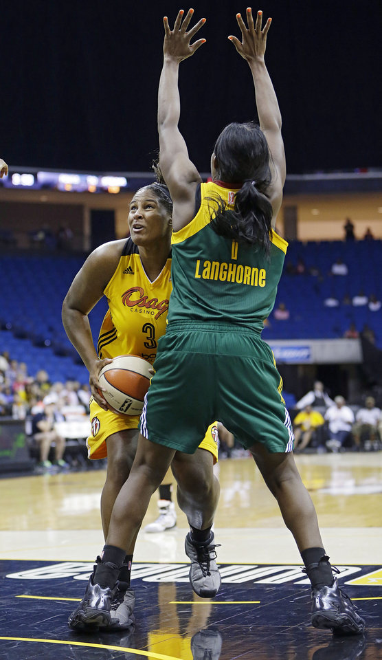 Photo - Courtney Paris of the Tulsa Shock is pressured by Crystal Langhorne of the Seattle Storm June 15, 2014. MIKE SIMONS/Tulsa World