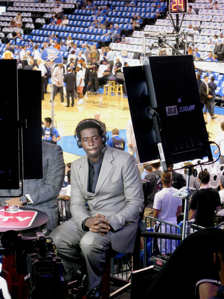 Photo - NBA analyst Chris Webber discusses  Game 2 of the NBA Finals in Oklahoma City on set in the Chesapeake Arena.  PHOTO BY LILLIE-BETH BRINKMAN, THE OKLAHOMAN.