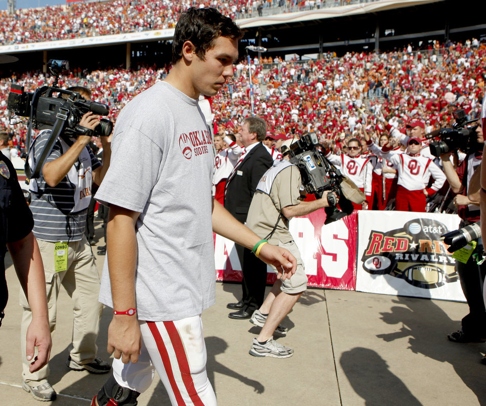 Photo - SHOULDER INJURY: OU's Sam Bradford walks off the field after OU's 16-13 loss in the Red River Rivalry college football game between the University of Oklahoma Sooners (OU) and the University of Texas Longhorns (UT) at the Cotton Bowl in Dallas, Texas, Saturday, Oct. 17, 2009. Photo by Bryan Terry, The Oklahoman ORG XMIT: KOD
