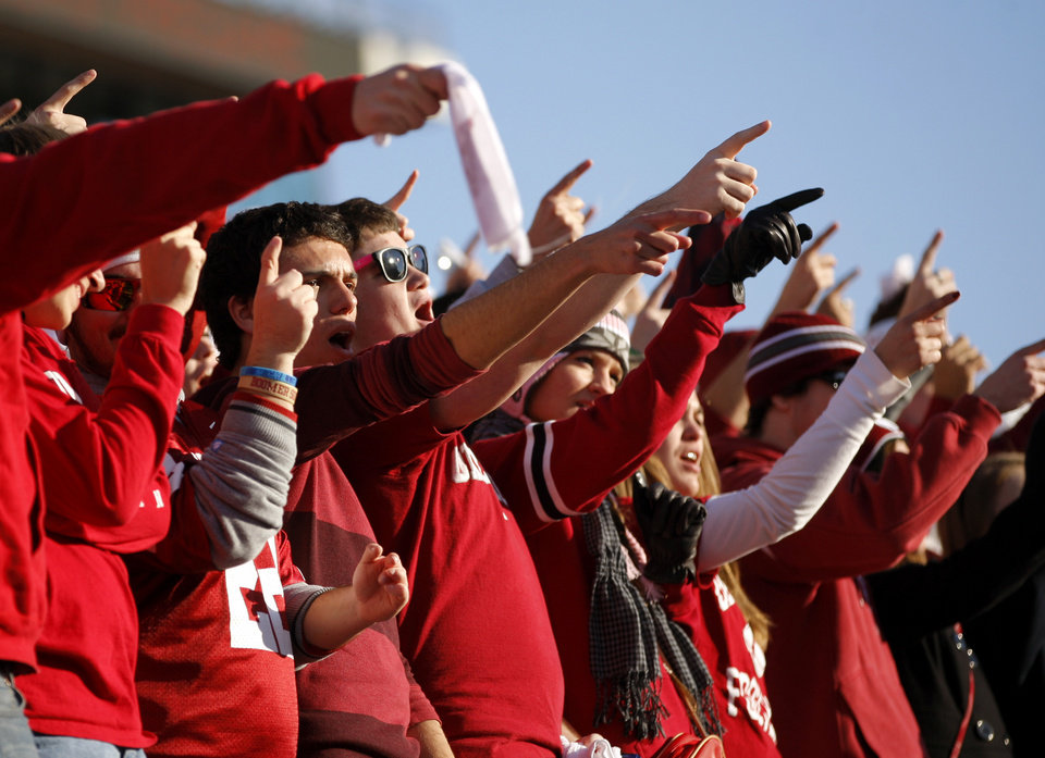 Photo - OU fans wait for the start of the college football game between the University of Oklahoma Sooners (OU) and the Notre Dame Fighting Irish at Gaylord Family-Oklahoma Memorial Stadium in Norman, Okla., Saturday, Oct. 27, 2012. Photo by Bryan Terry, The Oklahoman