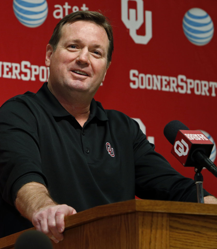 Photo - OU coach Bob Stoops will wear a microphone at Saturday's spring game.  Photo by Steve Sisney, The Oklahoman