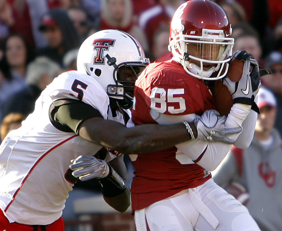 Ryan Broyles (85) makes a touchdown catch in front of Texas Tech's Tre' Porter (5) during the first half of the college football game between the University of Oklahoma Sooners (OU) and the Texas Tech Red Raiders (TTU) at the Gaylord Family Memorial Stadium on Saturday, Nov. 13, 2010, in Norman, Okla.  Photo by Chris Landsberger, The Oklahoman