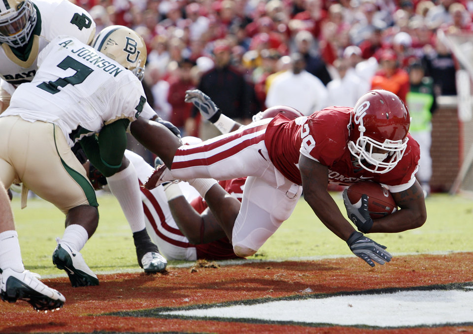 Photo - Chris Brown scores his second touchdown during the first half of the college football game between The University of Oklahoma Sooners (OU) and the Baylor Bears at the Gaylord Family-Oklahoma Memeorial Stadium on Saturday, Oct. 10, 2009, in Norman, Okla.