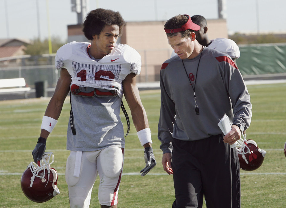 TOSTITOS FIESTA BOWL: University of Oklahoma (OU) college football defensive coordinator Brent Venables leaves the practice field with Lewis Baker (16) in Phoenix, Arizona on Tuesday, December 26, 2006.  by Steve Sisney/The Oklahoman