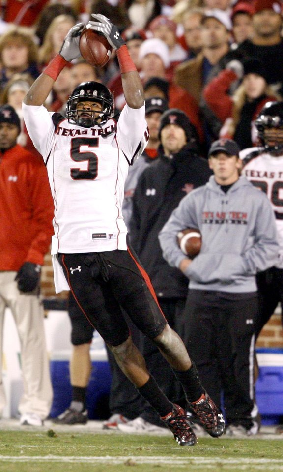 Photo - Michael Crabtree of Texas Tech  catches a ball during the college football game between the University of Oklahoma Sooners and Texas Tech University at Gaylord Family -- Oklahoma Memorial Stadium in Norman, Okla., Saturday, Nov. 22, 2008. BY BRYAN TERRY, THE OKLAHOMAN