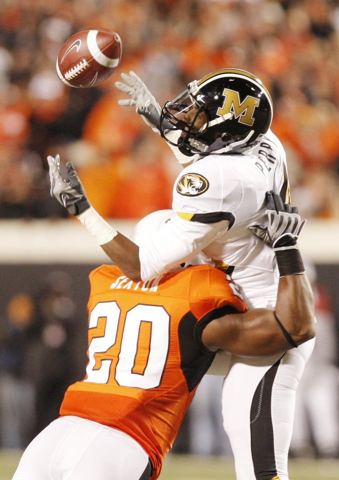 Photo - Anfre Sexton (20) breaks up a pass for Jared Perry (4) during the college football game between Oklahoma State University (OSU) and the University of Missouri (MU) at Boone Pickens Stadium in Stillwater, Okla. Saturday, Oct. 17, 2009.  Photo by Doug Hoke, The Oklahoman