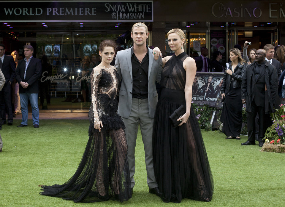 Photo -   Actors Kristen Stewart, left, with Charlize Theron, right and Chris Hemsworth pose for the media at the World Premiere of the film Snow White and the Huntsman at a cinema in central London, Monday, May 14, 2012. (AP Photo/Alastair Grant)