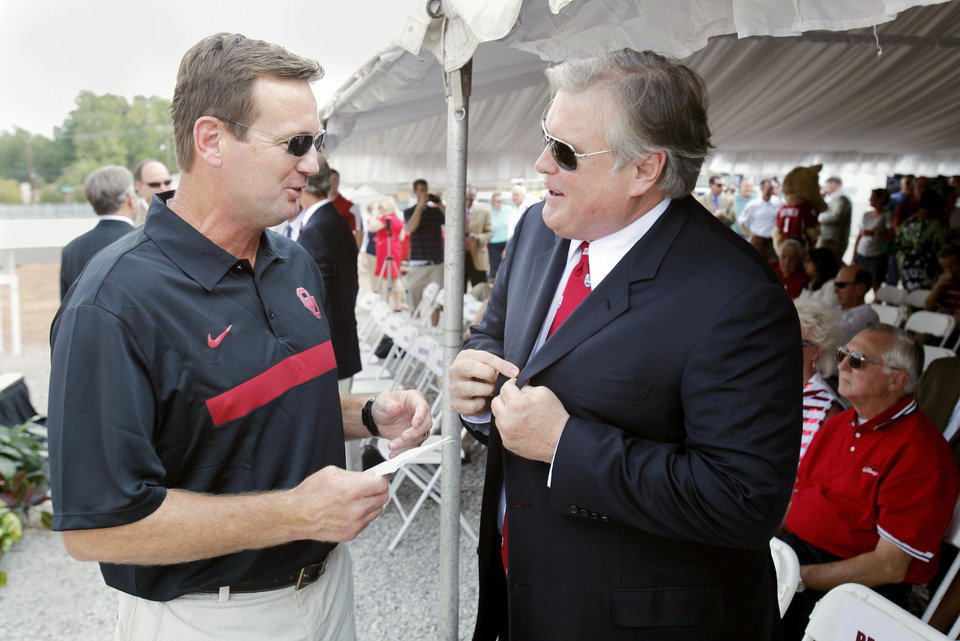 Photo - HEADINGTON HOUSING / DONOR / DONATED / DONATION / OU: Head coach Bob Stoops talks with major donor Tim Headington before a beam raising/groundbreaking ceremony for a new student housing center on the campus of the University of Oklahoma on Friday, Sept 2, 2011, in Norman, Okla.   Photo by Steve Sisney, The Oklahoman ORG XMIT: KOD