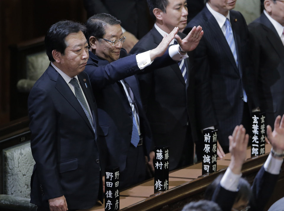 Photo -   Prime Minister Yoshihiko Noda stands with Chief Cabinet Secretary Osamu Fujimura, second left, and State Minister for National Polity Seiji Maehara, third left, after he dissolved the lower house of parliament in Tokyo Friday, Nov. 16, 2012. Noda dissolved the lower house of parliament Friday, paving the way for elections in which his ruling party will likely give way to a weak coalition government divided over how to solve Japan's myriad problems. (AP Photo/Koji Sasahara)