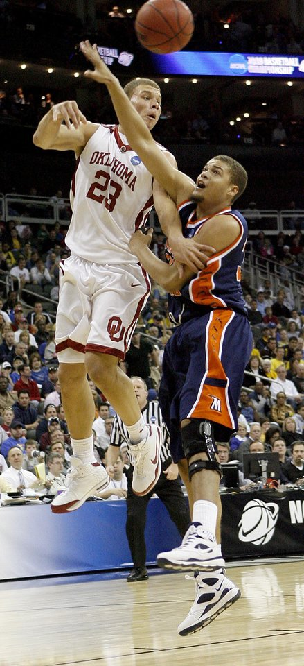 Photo - OU's Blake Grifin passes the ball over Morgan State's Kevin Thompson during a first round game of the men's NCAA tournament between Oklahoma and Morgan State in Kansas City, Mo., Thursday, March 19, 2009.  PHOTO BY BRYAN TERRY, THE OKLAHOMAN