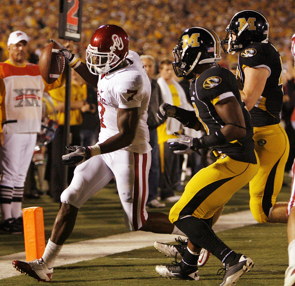 Photo - Oklahoma's DeMarco Murray (7) scores a touchdown in front of the  Missouri secondary during the first half of the college football game between the University of Oklahoma Sooners (OU) and the University of Missouri Tigers (MU) on Saturday, Oct. 23, 2010, in Columbia, Mo.  Photo by Chris Landsberger, The Oklahoman