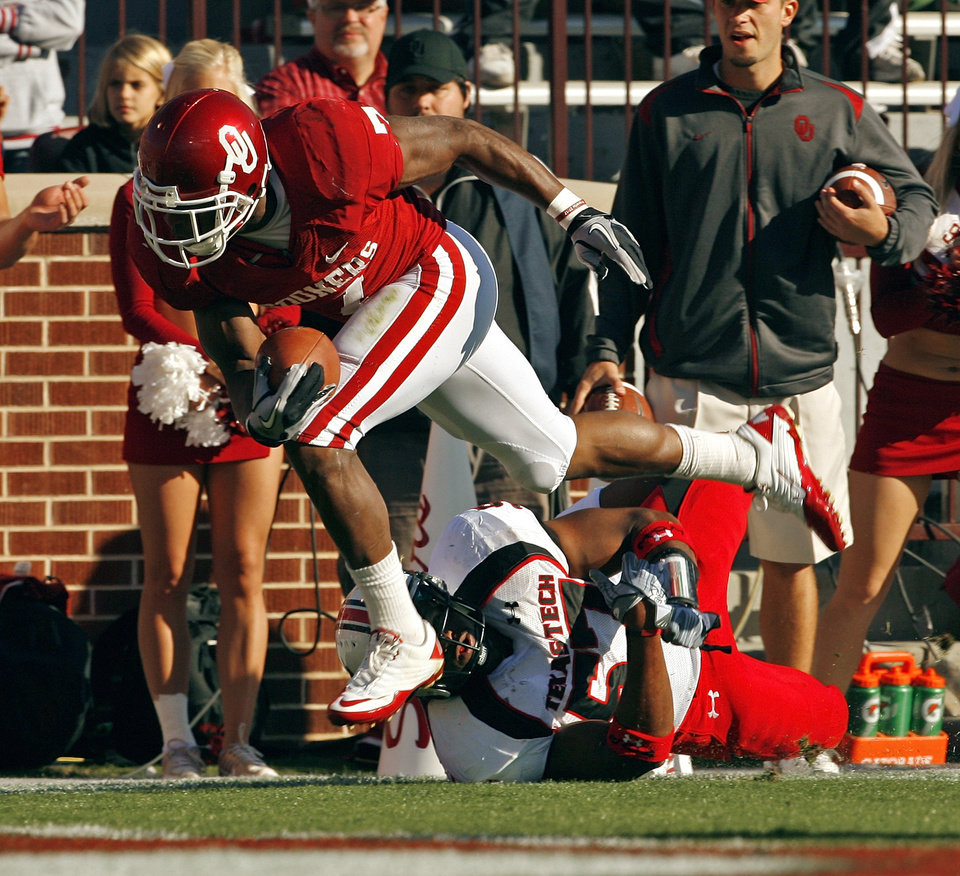 Photo - DeMarco Murray (7) slips a tackle and scores during the first half of the college football game between the University of Oklahoma Sooners (OU) and the Texas Tech Red Raiders (TTU) at the Gaylord Family Memorial Stadium on Saturday, Nov. 13, 2010, in Norman, Okla.  Photo by Steve Sisney, The Oklahoman