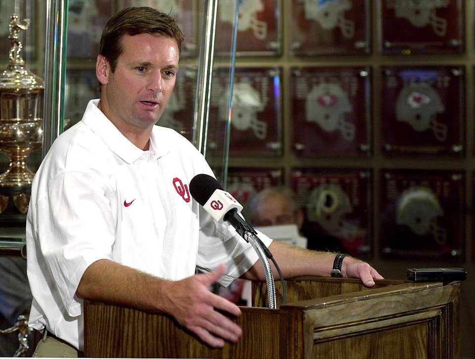Photo - OU SOONERS HEAD FOOTBALL COACH BOB STOOPS TALKS TO THE PRESS AT HIS WEEKLY MEDIA LUNCHEN TUESDAY IN THE SWITZER CENTER.