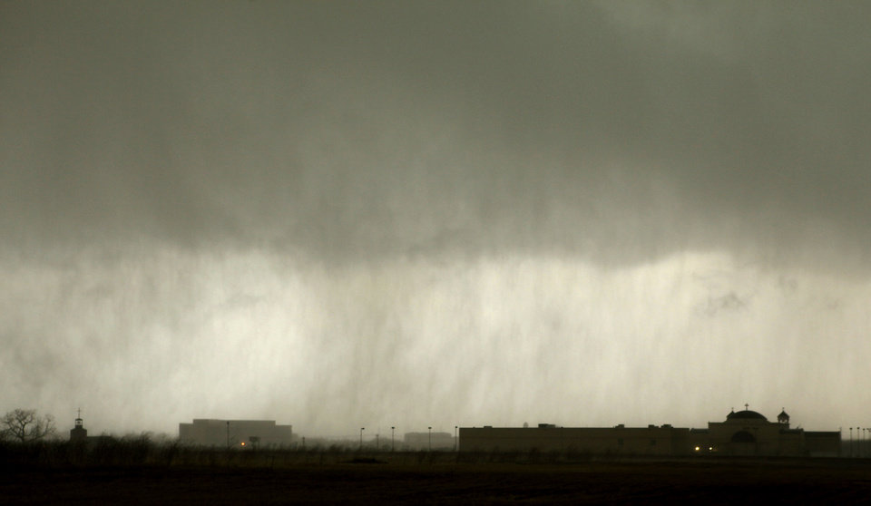 Photo - Thunderstorms roll into west Edmond on Tuesday, Feb. 10, 2009, in Edmond, Okla.  PHOTO BY CHRIS LANDSBERGER, THE OKLAHOMAN