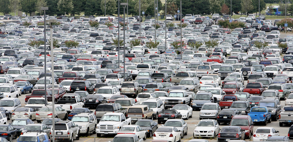 Photo - North parking lot at Will Rogers World Airport full of vehicles in Oklahoma City Friday, August 24, 2007. BY PAUL B. SOUTHERLAND, The Oklahoman ORG XMIT: KOD