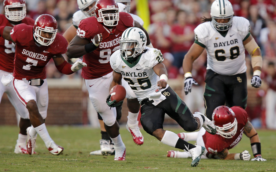 Photo - Baylor's Lache Seastrunk (25) races past the Oklahoma defense during the college football game between the University of Oklahoma Sooners (OU) and Baylor University Bears (BU) at Gaylord Family - Oklahoma Memorial Stadium on Saturday, Nov. 10, 2012, in Norman, Okla.  Photo by Chris Landsberger, The Oklahoman