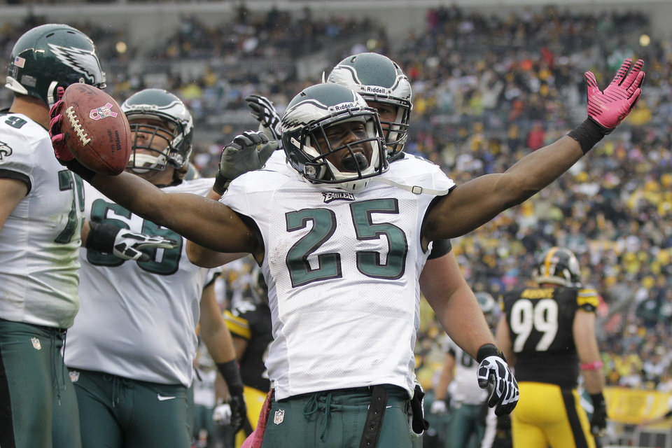 Photo -   Philadelphia Eagles running back LeSean McCoy (25) celebrates a touchdown in the third quarte rof an NFL football game against the Pittsburgh Steelers in Pittsburgh, Sunday, Oct. 7, 2012. (AP Photo/Gene J. Puskar)