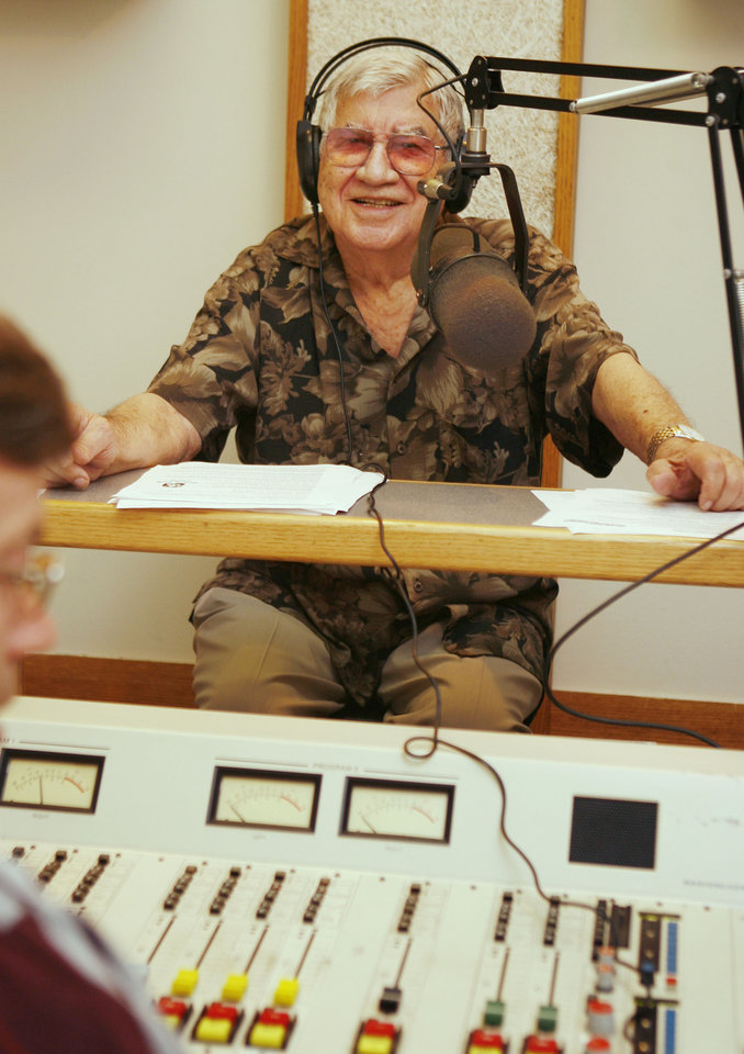 Photo - RETIREMENT: KOMA morning personality Danny Williams, 81, who plans to retire after 61 years in broadcasting, talks to listeners at the studio in Oklahoma City, OK, Monday, Aug. 18, 2008. BY PAUL HELLSTERN, THE OKLAHOMAN ORG XMIT: KOD
