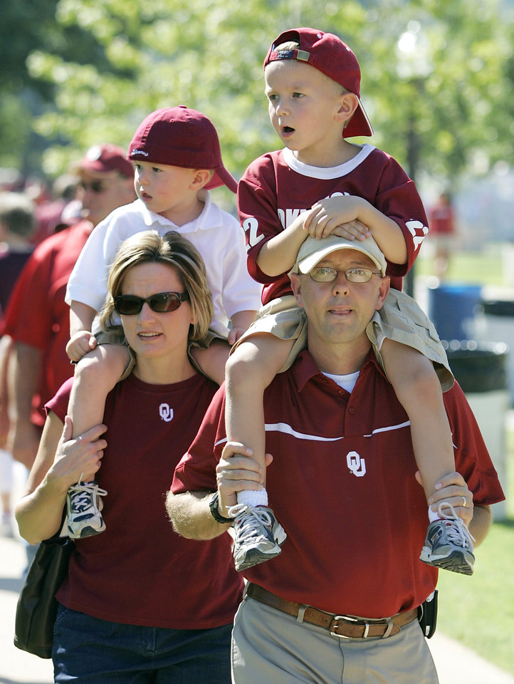 Photo - 3yr-old Nate (left) and 5yr-old Alex attend their first OU football game with their mom and dad Stephanie and Chris Jones of Clinton  at the Gaylord Family - Oklahoma Memorial Stadium, on Saturday, Sept. 1, 2007, in Norman, Okla. By STEVE GOOCH, The Oklahoman