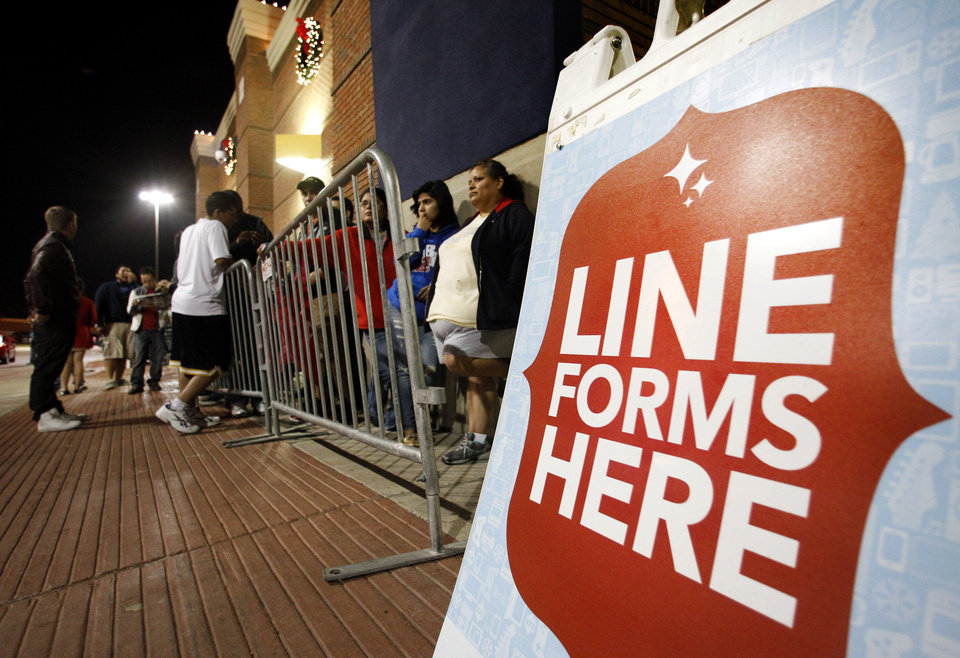 Photo -   Shoppers line up outside a Best Buy department store waiting for it to be opened at midnight for Black Friday sales Thursday, Nov. 22, 2012, in Arlington, Texas. (AP Photo/Tony Gutierrez)