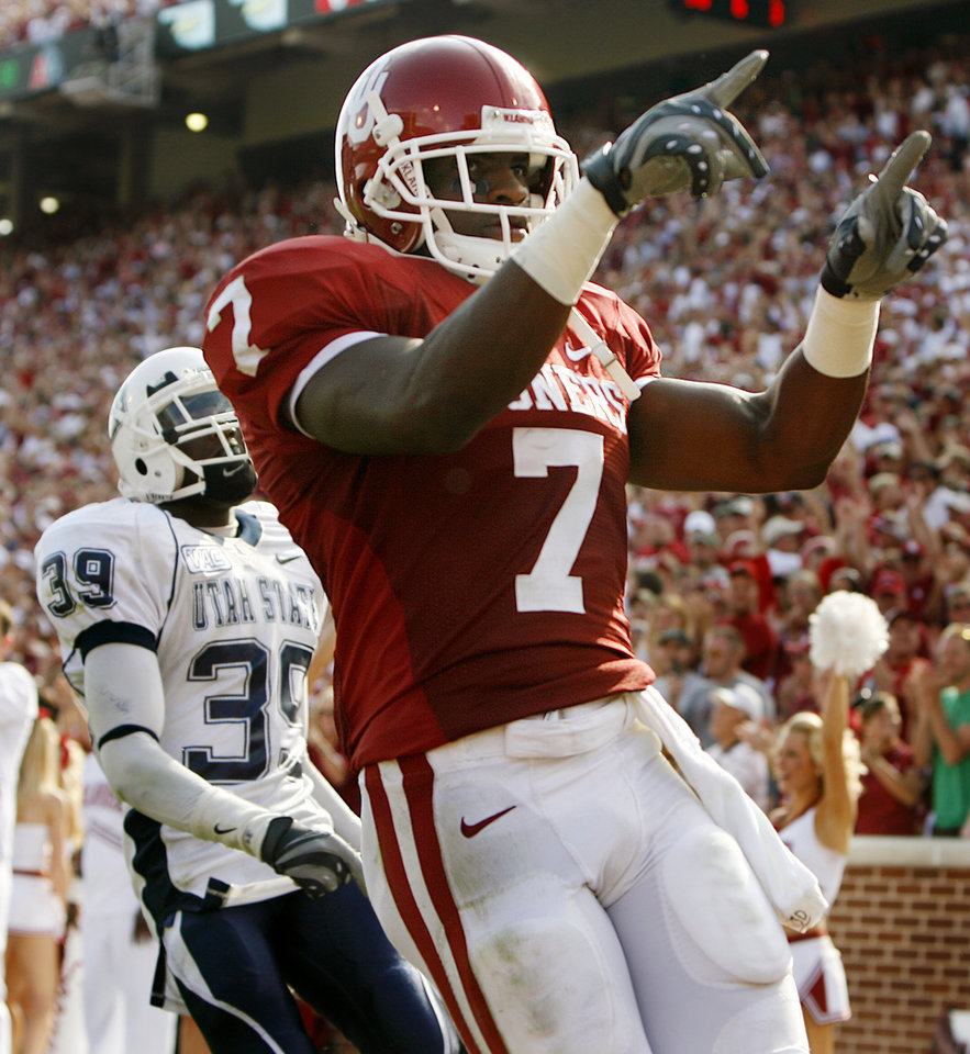 Photo - Oklahoma's DeMarco Murray (7) points to the fans after a touchdown againt Utah State in the second half during the University of Oklahoma Sooners (OU) college football game against the Utah State University Aggies (USU) at the Gaylord Family -- Oklahoma Memorial Stadium, on Saturday, Sept. 15, 2007, in Norman, Okla.     By JAMES PLUMLEE, The Oklahoman  ORG XMIT: KOD