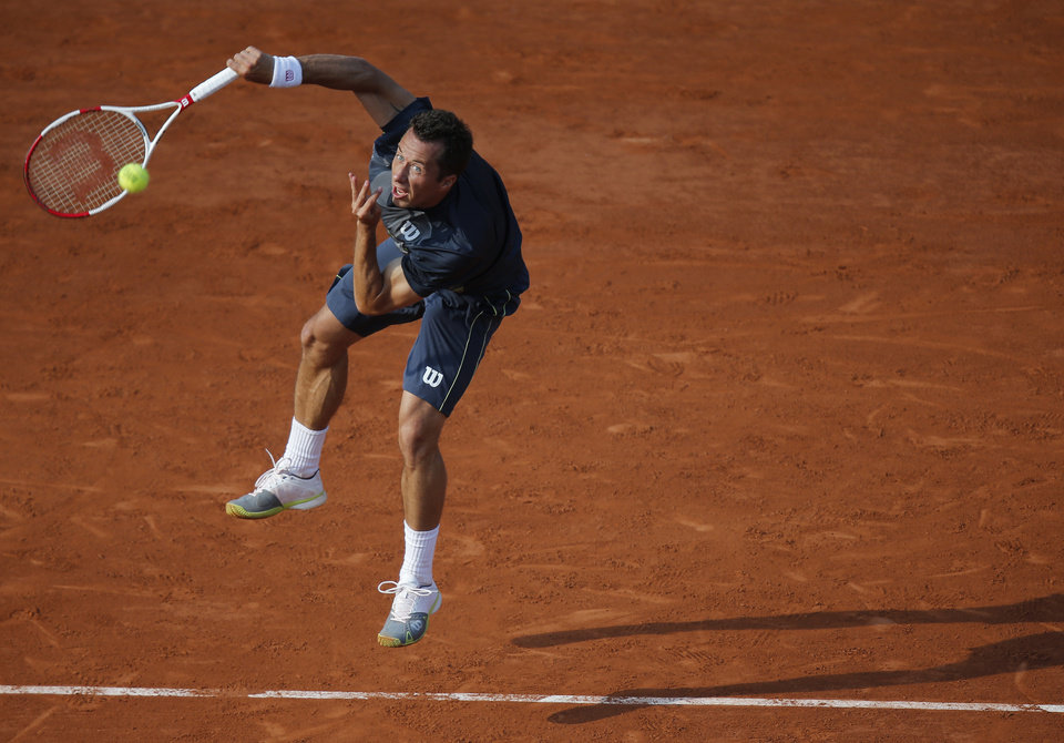 Photo - Germany's Philipp Kohlschreiber serves the ball to Britain's Andy Murray during their third round match of  the French Open tennis tournament at the Roland Garros stadium, in Paris, France, Saturday, May 31, 2014. (AP Photo/David Vincent)