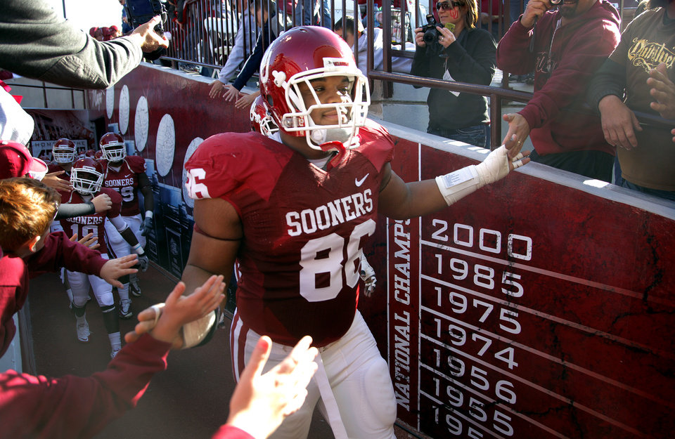 Photo - Oklahoma's Adrian Taylor (86) makes his way to the field before the first half of the college football game between the University of Oklahoma Sooners (OU) and the Texas Tech Red Raiders (TTU) at the Gaylord Family Memorial Stadium on Saturday, Nov. 13, 2010, in Norman, Okla.  Photo by Chris Landsberger, The Oklahoman