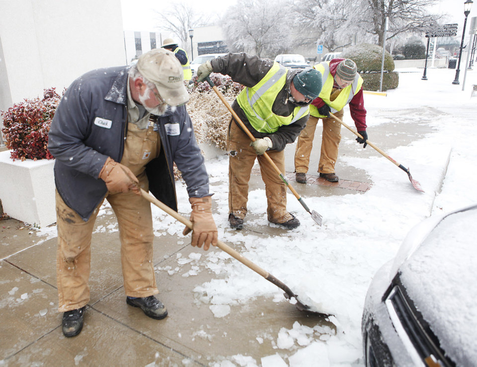 Photo - City workers clear the sidewalks in downtown Edmond, Friday , January 29, 2010. Photo by David McDaniel, The Oklahoman