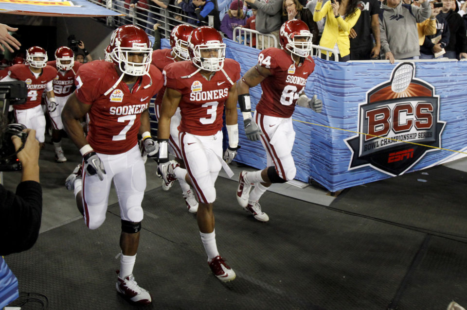 Photo - The OU team takes the field before the Fiesta Bowl college football game between the University of Oklahoma Sooners and the University of Connecticut Huskies in Glendale, Ariz., at the University of Phoenix Stadium on Saturday, Jan. 1, 2011.  Photo by Bryan Terry, The Oklahoman