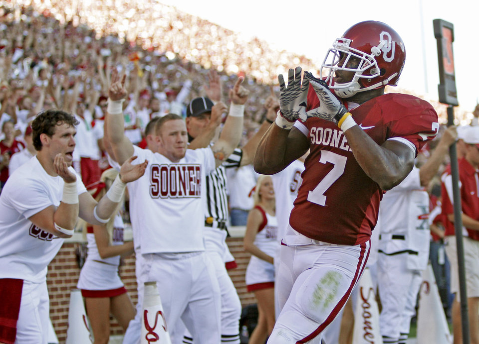 Photo - OU's DeMarco Murray celebrates after a touchdown during the first half of the college football game between the University of Oklahoma Sooners (OU) and Utah State University Aggies (USU) at the Gaylord Family-Oklahoma Memorial Stadium on Saturday, Sept. 4, 2010, in Norman, Okla.   Photo by Bryan Terry, The Oklahoman