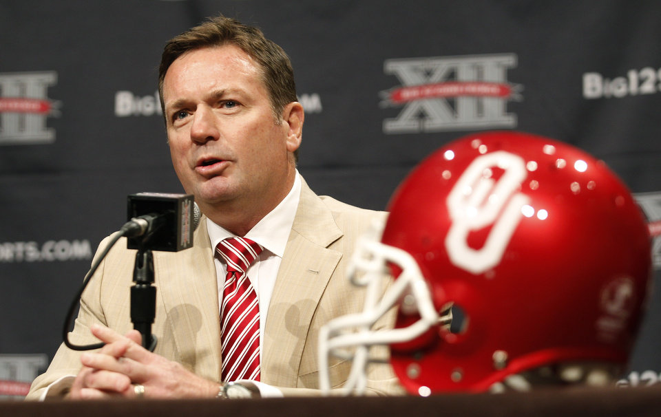 Photo - OU: University of Oklahoma college football coach Bob Stoops comments on his team during the Big 12 Conference Football Media Days Monday, July 23, 2013 in Dallas.  (AP Photo/Tim Sharp) ORG XMIT: TXTS101