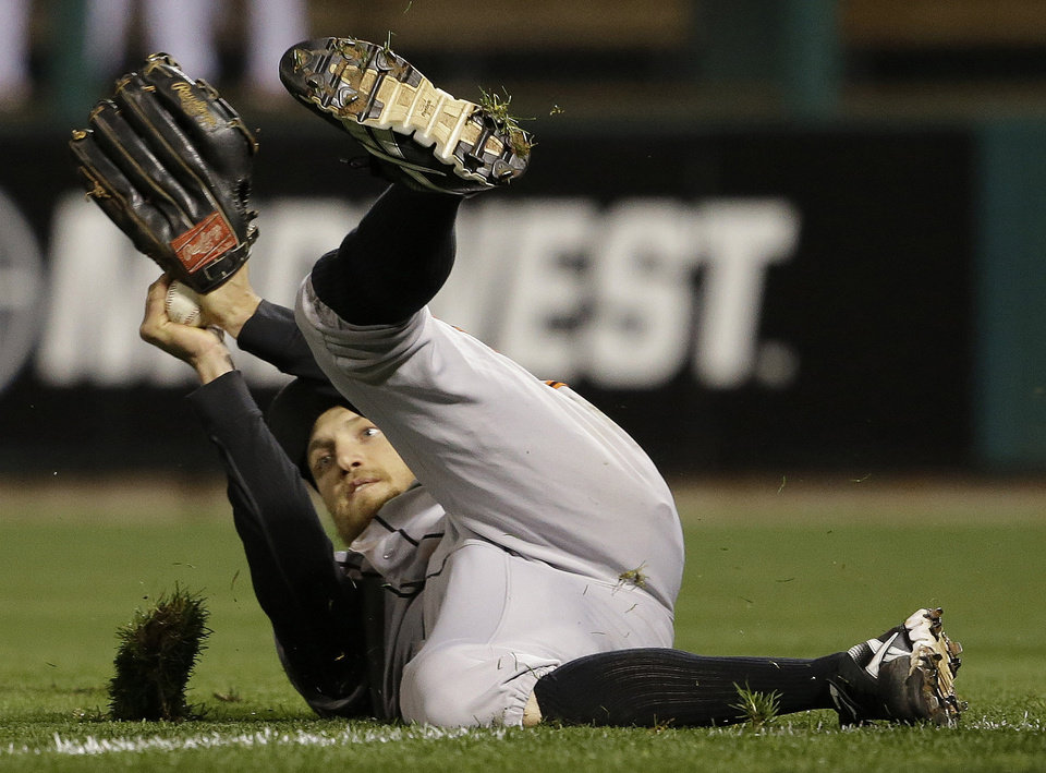Photo -   San Francisco Giants right fielder Hunter Pence makes a diving catch on a ball hit by St. Louis Cardinals' Pete Kozma during the fifth inning of Game 5 of baseball's National League championship series, Friday, Oct. 19, 2012, in St. Louis. (AP Photo/David J. Phillip)