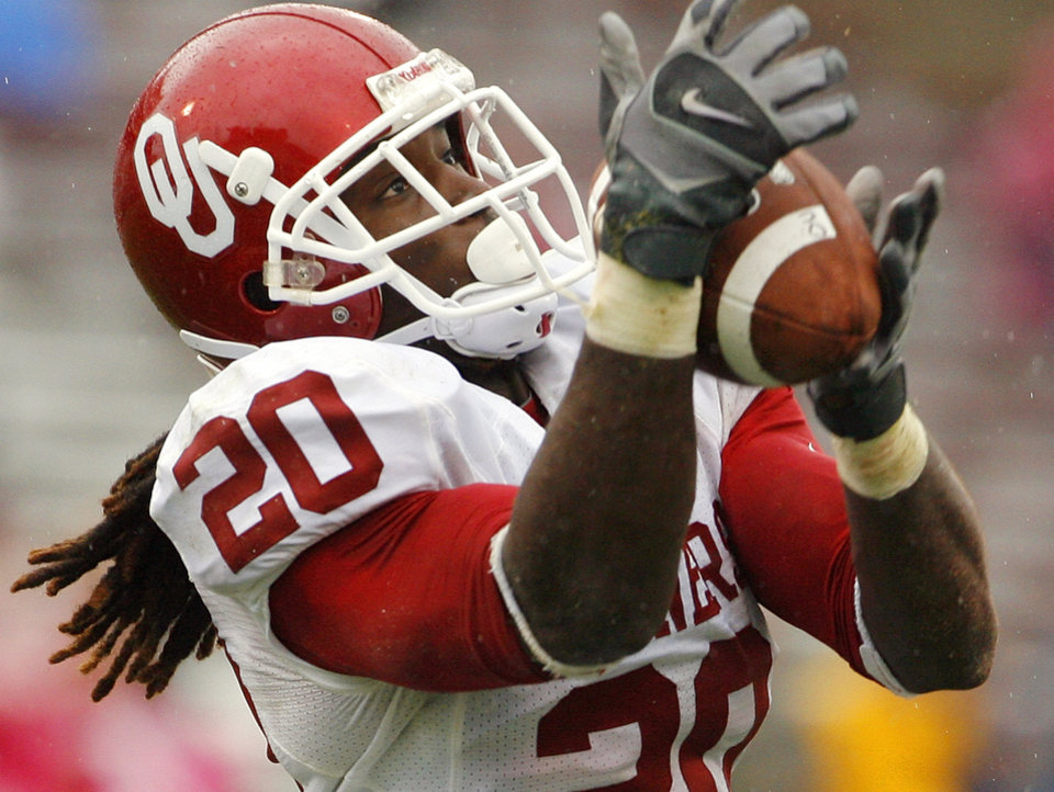 Photo - Quinton Carter (20) intercepts a pass in the fourth quarter during the spring Red and White football game for the University of Oklahoma (OU) Sooners at Gaylord Family/Oklahoma Memorial Stadium on Saturday, April 17, 2010, in Norman, Okla.  Photo by Steve Sisney, The Oklahoman