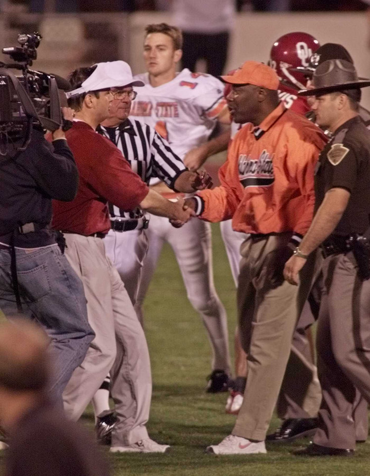 Photo - OSU at OU football. Bob Stoops and Bob Simmons shake hands after the game.