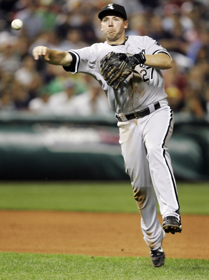 Photo - MAJOR LEAGUE BASEBALL / FORMER OKLAHOMA STATE UNIVERSITY (OSU) FOOTBALL PLAYER / FORMER OKLAHOMA STATE UNIVERSITY (OSU) BASEBALL PLAYER: Chicago White Sox third baseman Josh Fields throws out Cleveland Indians' Grady Sizemore in the seventh inning of a baseball game, Tuesday, July 17, 2007, in Cleveland. (AP Photo/Tony Dejak) ORG XMIT: OHTD108