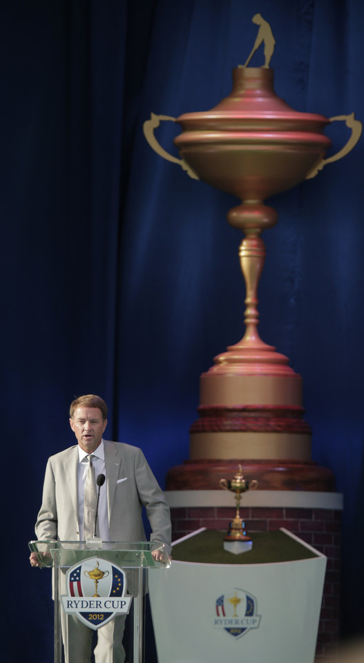 Photo -   USA's captain Davis Love III speaks during the opening ceremony at the Ryder Cup PGA golf tournament Thursday, Sept. 27, 2012, at the Medinah Country Club in Medinah, Ill. (AP Photo/Charlie Riedel)