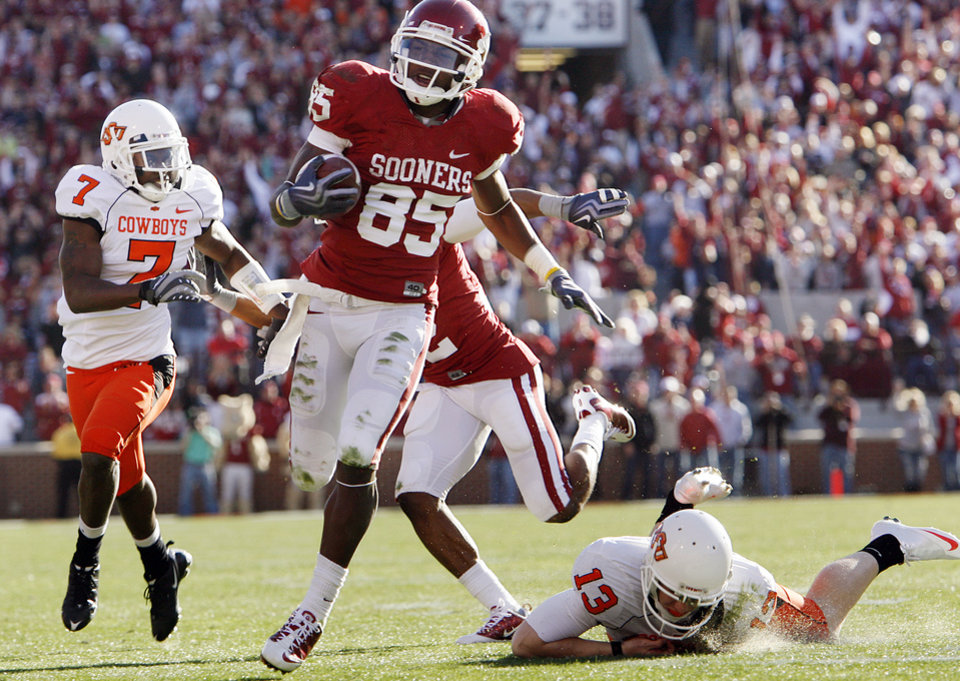 Photo - Oklahoma's Ryan Broyles (85) runs a punt return in for a touchdown during the second half of the Bedlam college football game between the University of Oklahoma Sooners (OU) and the Oklahoma State University Cowboys (OSU) at the Gaylord Family-Oklahoma Memorial Stadium on Saturday, Nov. 28, 2009, in Norman, Okla.Photo by Chris Landsberger, The Oklahoman